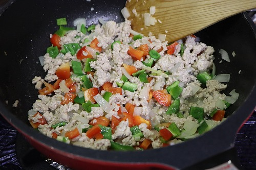 野菜を加えて炒めているところ