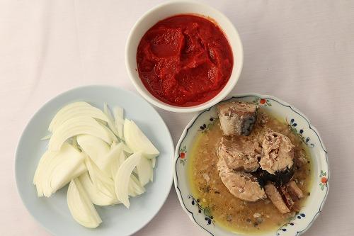 サバ缶とホールトマトと玉ねぎ