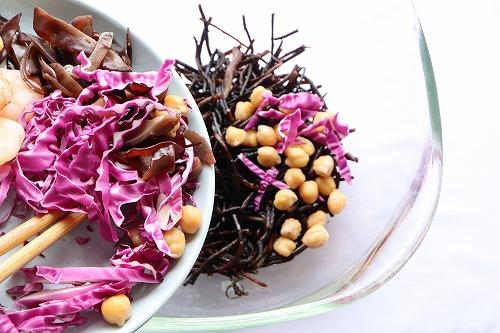 ひじきに紫キャベツとひよこ豆を加えているところ