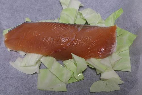 キャベツを敷いた上に鮭を乗せる