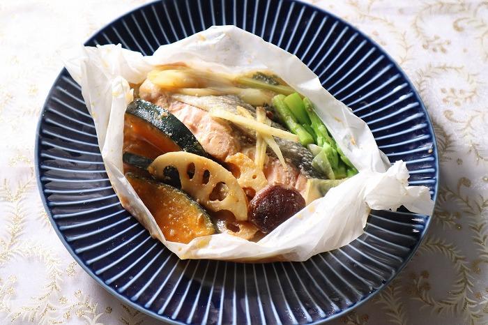 鮭と野菜の包み蒸しのテーブルセッティング