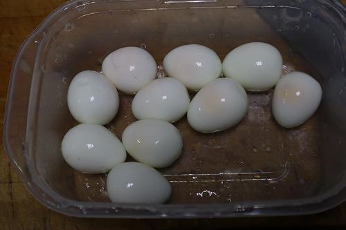 うずらの卵の皮をむいたところ